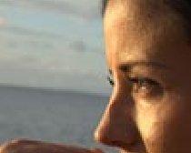 手摸嘴唇的美女局部特写摄影图片