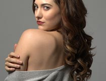 露肩膀回头的性感美女模特摄影图片
