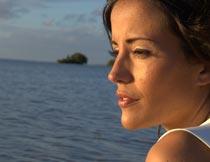 沙滩上看海的美女模特局部摄影图片