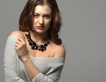 戴项链露肩的性感美女模特摄影图片