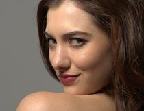 露肩回眸微笑的美女局部摄影图片