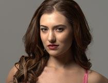微笑的卷发红唇美女局部摄影图片