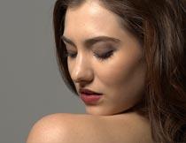 露肩膀回头俯视的美女局部摄影图片