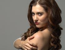 抱着肩膀妩媚动人的美女摄影图片