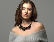 穿毛衣露肩的性感美女模特摄影图片