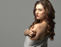 抱肩膀回头的性感美女模特摄影图片