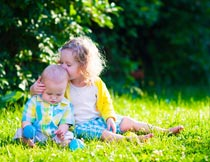 公园里坐草地上的可爱宝贝摄影图片