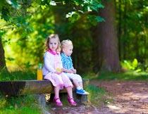 公园里坐在长椅上的儿童摄影图片