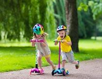 公园里开心的玩滑板车孩子摄影图片