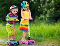 戴头盔玩滑板车的可爱宝贝摄影图片
