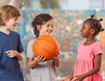 拿着篮球快乐的外国小朋友摄影图片
