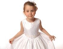双手拎起白色裙摆的小女孩摄影图片