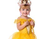 戴珠宝皇冠的黄裙子小女孩摄影图片