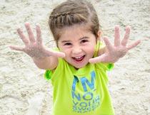 站在沙滩上快乐小女孩俯拍摄影图片