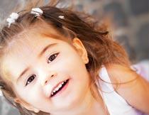 开心抬头的可爱女孩俯拍摄影图片