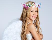 戴花环和翅膀的长发女孩摄影图片