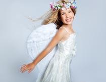 笑容灿烂带翅膀的美丽女孩摄影图片
