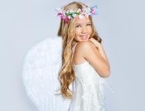 戴花环和翅膀的天使女孩摄影图片