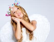 做睡姿的可爱天使女孩局部摄影图片