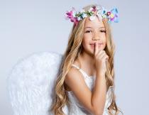 做安静手势头戴花环的女孩摄影图片