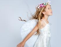 戴花环和翅膀的金发女孩摄影图片