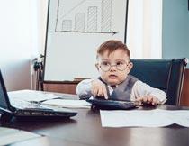 笔记本上网办公的可爱男孩摄影图片