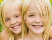 亲密无间的金发双胞胎姐妹摄影图片