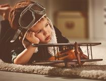 毛毯上的小男孩与飞机玩具摄影图片