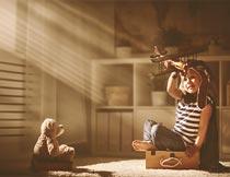 房间里玩飞机的可爱小男孩摄影图片