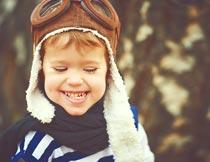 戴帽子开心笑的帅气小男孩摄影图片