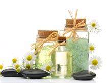 spa精油浴盐能量石与花朵摄影图片