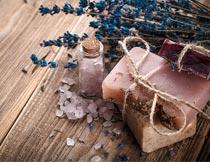 木板上的浴盐薰衣草香皂摄影图片