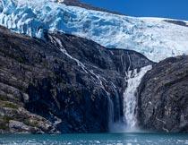 蓝天下美丽的冰川瀑布景观摄影图片