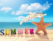 夏日沙滩上的海星遮阳伞摄影图片