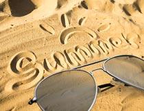 夏日沙滩上的太阳镜特写摄影图片