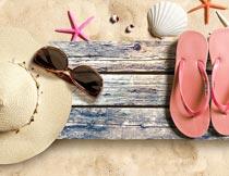 木板上的帽子拖鞋太阳镜摄影图片