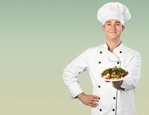 单手插腰展示美食的厨师摄影图片