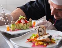 专心做美食拼盘的厨师特写摄影图片
