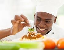 开心做美食的黑人厨师特写摄影图片