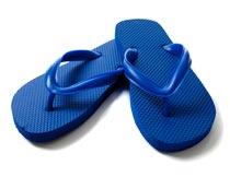 一双蓝色夏季沙滩拖鞋特写摄影图片