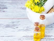 木板上玻璃瓶里的菜籽油摄影图片