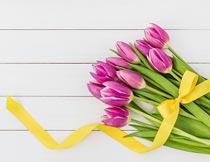 黄色丝带与一束美丽郁金香摄影图片