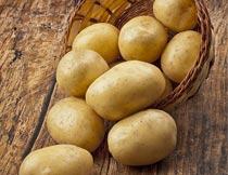 地板上一箩筐马铃薯特写摄影图片