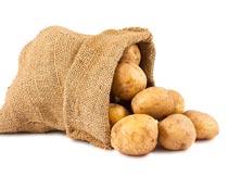 麻袋里倒出的土豆食材原料摄影图片