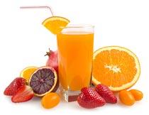 一杯橙汁与草莓金桔石榴摄影图片