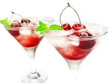 两杯冰镇樱桃鸡尾酒特写摄影图片