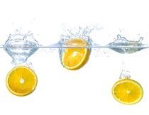 水中切片的新鲜橙子特写摄影图片