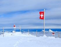 海边美丽的冰雪和红色旗帜摄影图片