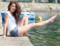 坐在湖边的性感卷发美女摄影图片