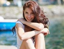 坐在岸边的性感美女模特摄影图片